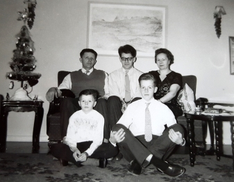 Fjölskyldan í Blönduhlíð 31 í desember 1959. Efri röð frá vinstri: Sigfús, Baldur og Anna. Neðri röð frá vinstri: Rúnar og Sigmundur